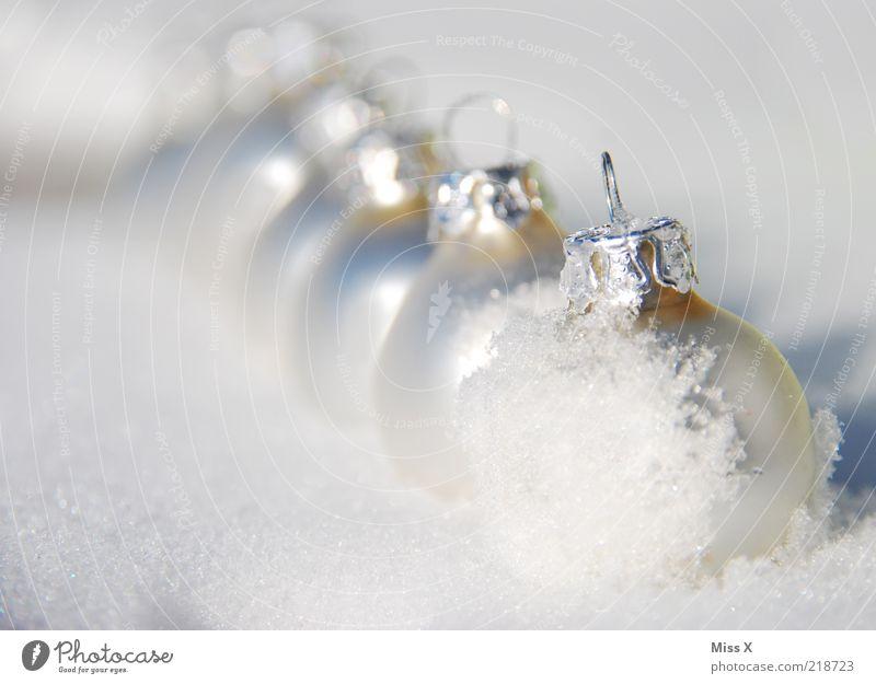 Glaskugeln Weihnachten & Advent Winter kalt Schnee Eis glänzend Frost Reihe silber Christbaumkugel Licht Kugel Weihnachtsdekoration matt Textfreiraum links