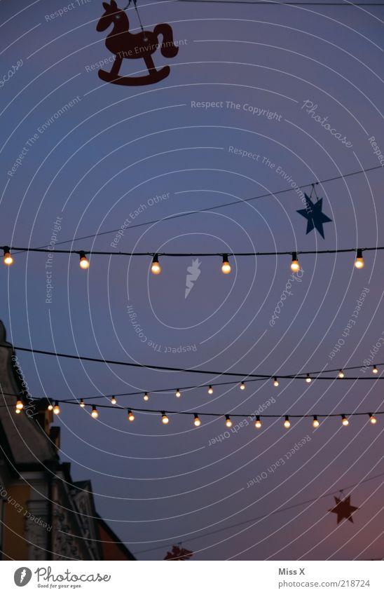 Weihnachtsmarkt Veranstaltung Feste & Feiern leuchten Beleuchtung Licht Girlande Stern (Symbol) Glühbirne Dekoration & Verzierung Weihnachtsdekoration
