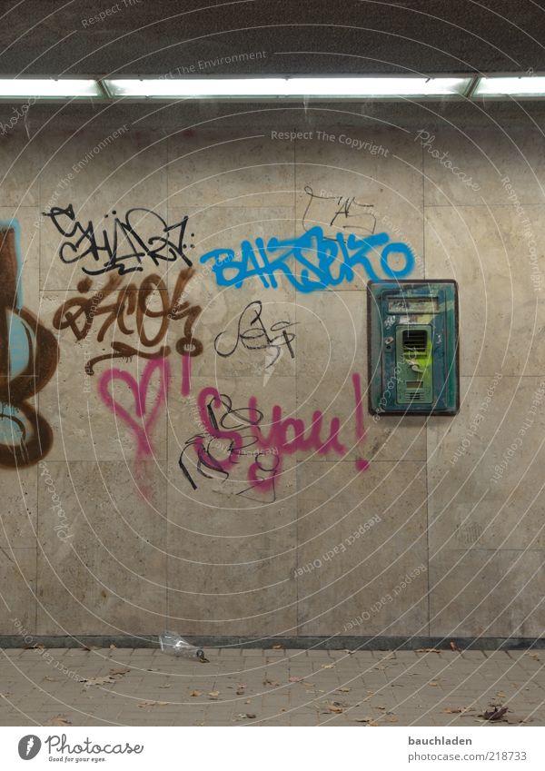 Ruf mich... dreckig grau Verfall Farbfoto Innenaufnahme Menschenleer Kunstlicht Tunnel Graffiti Buchstaben Herz Notrufauslöser trist