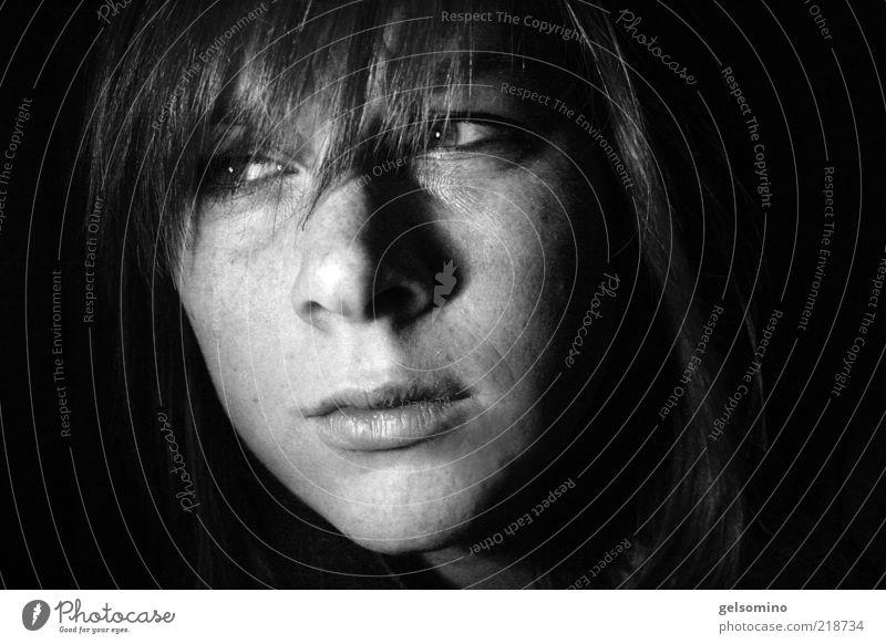 Blende feminin Junge Frau Jugendliche Kopf Lippen 1 Mensch 18-30 Jahre Erwachsene Pony Blick dunkel schwarz Schwarzweißfoto Innenaufnahme Porträt Wegsehen