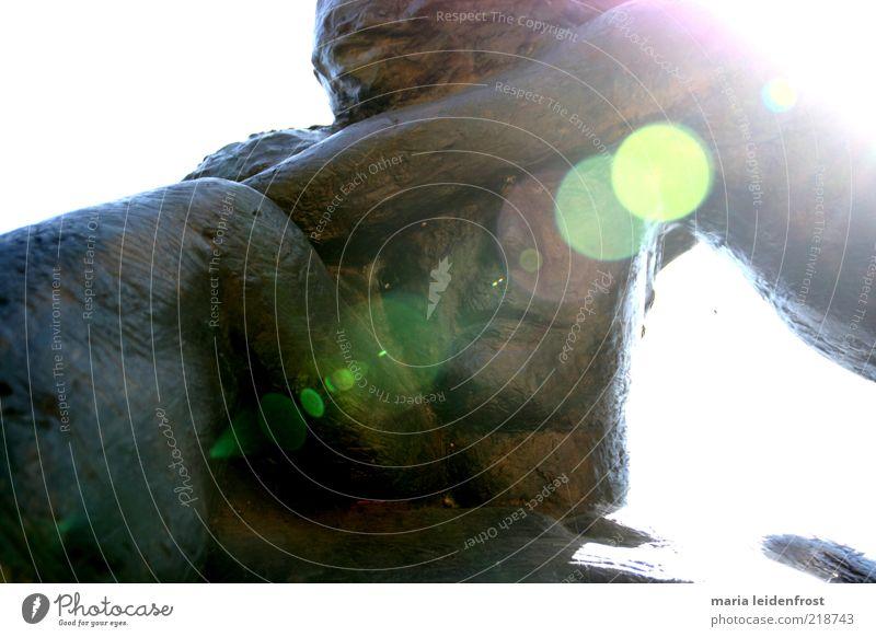 Sonnenvater Mann Erwachsene Zusammensein maskulin Sicherheit Schutz nah Vertrauen berühren Zusammenhalt Skulptur Geborgenheit tragen Umarmen