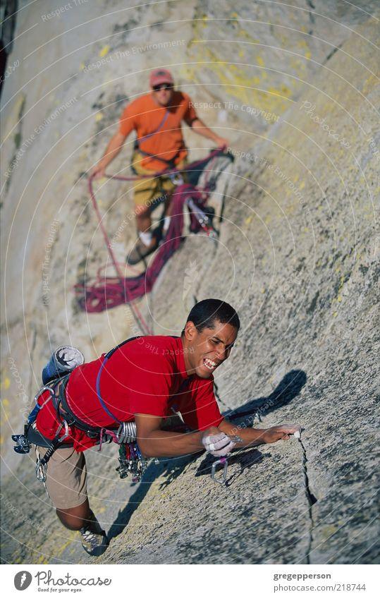 Mensch Mann Erwachsene Sport Freundschaft hoch Abenteuer Seil Klettern Vertrauen Risiko sportlich Gleichgewicht Teamwork Versuch vertikal