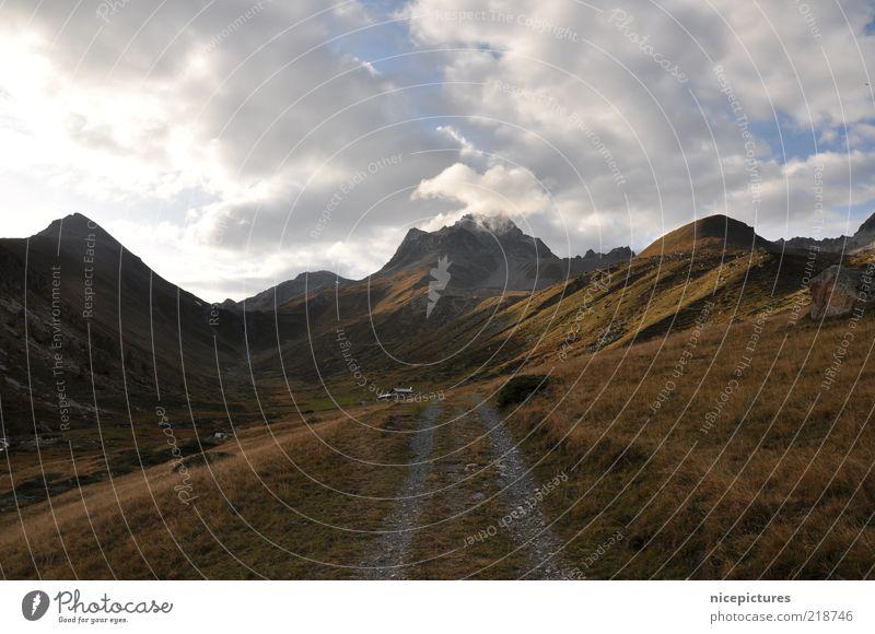 Unterwegs ... Natur Wolken Wiese Herbst Berge u. Gebirge Wege & Pfade Landschaft authentisch Reisefotografie Alpen Gipfel Wolkendecke