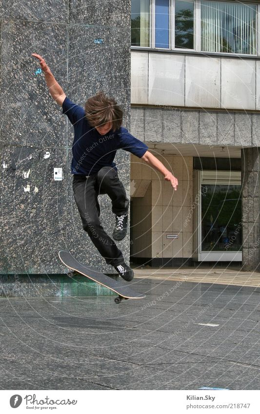 Mach den Adler! Lifestyle Skateboard Skateboarding Sport Jugendliche Jugendkultur Subkultur Fassade brünett Stein Beton Granit drehen fahren Fitness springen