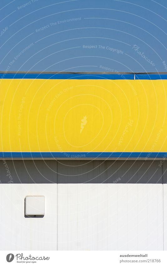 supermarket weiß blau gelb Lampe Wand grau Mauer leer ästhetisch einfach Streifen Schönes Wetter Blauer Himmel Supermarkt horizontal Fassadenverkleidung