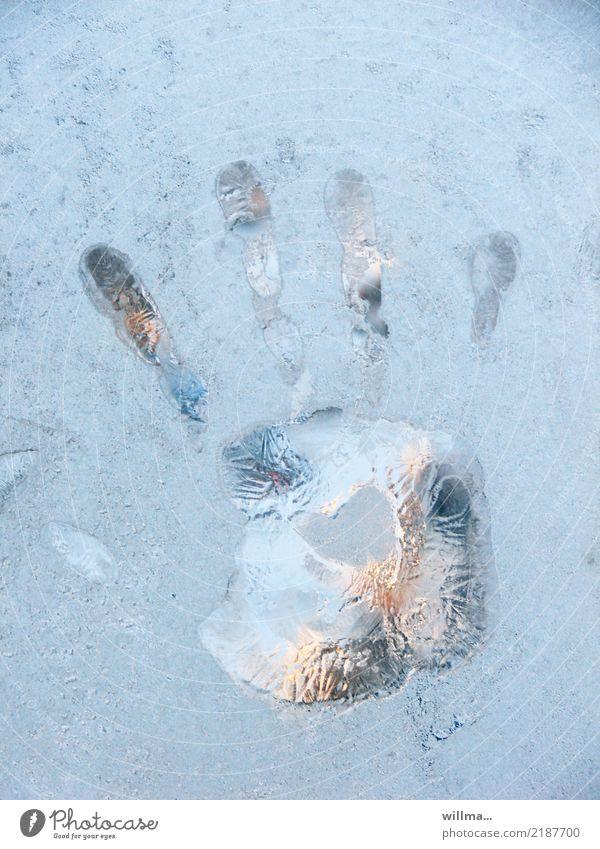 loslassen ... Hand Finger Handabdruck Winter Eis Frost kalt gefroren Fensterscheibe Abdruck Farbfoto Detailaufnahme Menschenleer