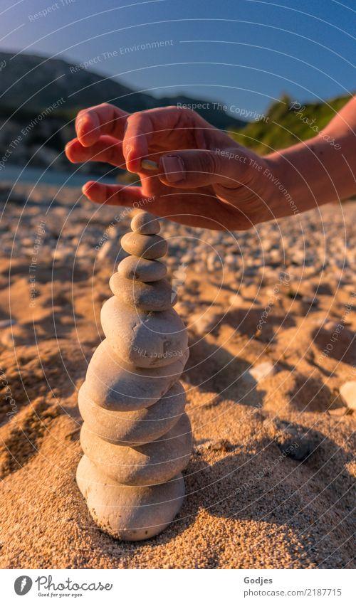 ... auf Stein... maskulin Mann Erwachsene Arme Hand 1 Mensch 30-45 Jahre Natur Sand Wolkenloser Himmel Sommer Strand Liapades Korfu bauen