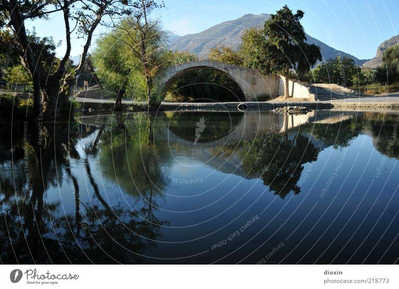 Stille Wasser Umwelt Himmel Sommer Schönes Wetter Pflanze Baum Berge u. Gebirge Teich See Kreta Griechenland Menschenleer Brücke Bauwerk Sehenswürdigkeit