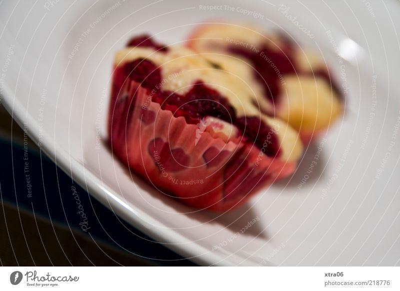 muffins zum frühstück Lebensmittel Süßwaren Ernährung Kaffeetrinken Geschirr Teller lecker Muffin Herz Farbfoto Innenaufnahme Nahaufnahme Schwache Tiefenschärfe
