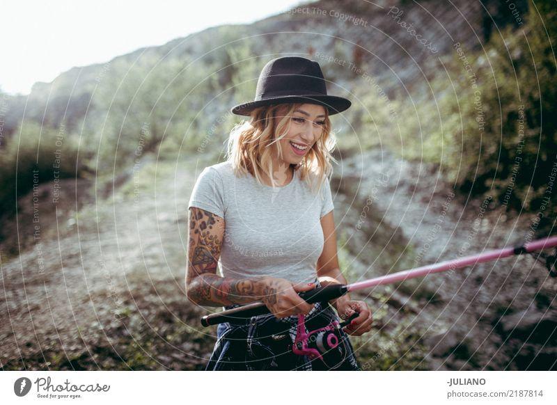 Junge Reisendfrau fischt auf Wanderungsreise Lifestyle Stil schön Freizeit & Hobby Angeln Ferien & Urlaub & Reisen Ausflug Abenteuer Freiheit Expedition Camping