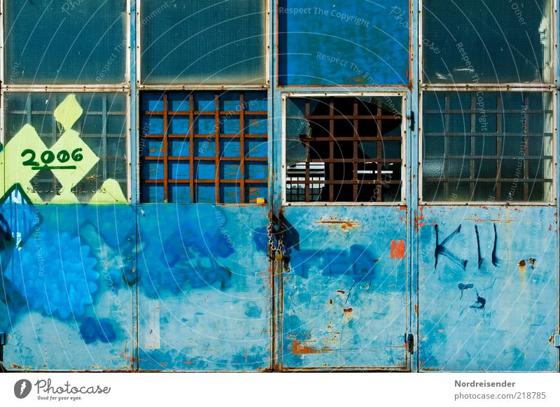 2006 blau dunkel Graffiti Metall Tür Fabrik Schriftzeichen kaputt Ziffern & Zahlen Vergänglichkeit Zeichen Stahl Verfall Vergangenheit chaotisch Fensterscheibe
