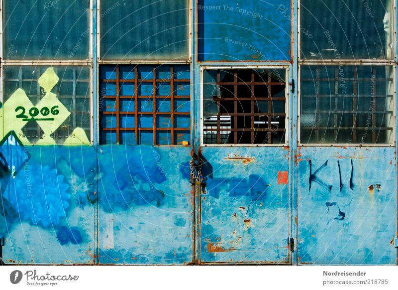 2006 Fabrik Tür Metall Stahl Zeichen Schriftzeichen Ziffern & Zahlen Graffiti dunkel kaputt blau chaotisch Krise stagnierend Verfall Vergangenheit