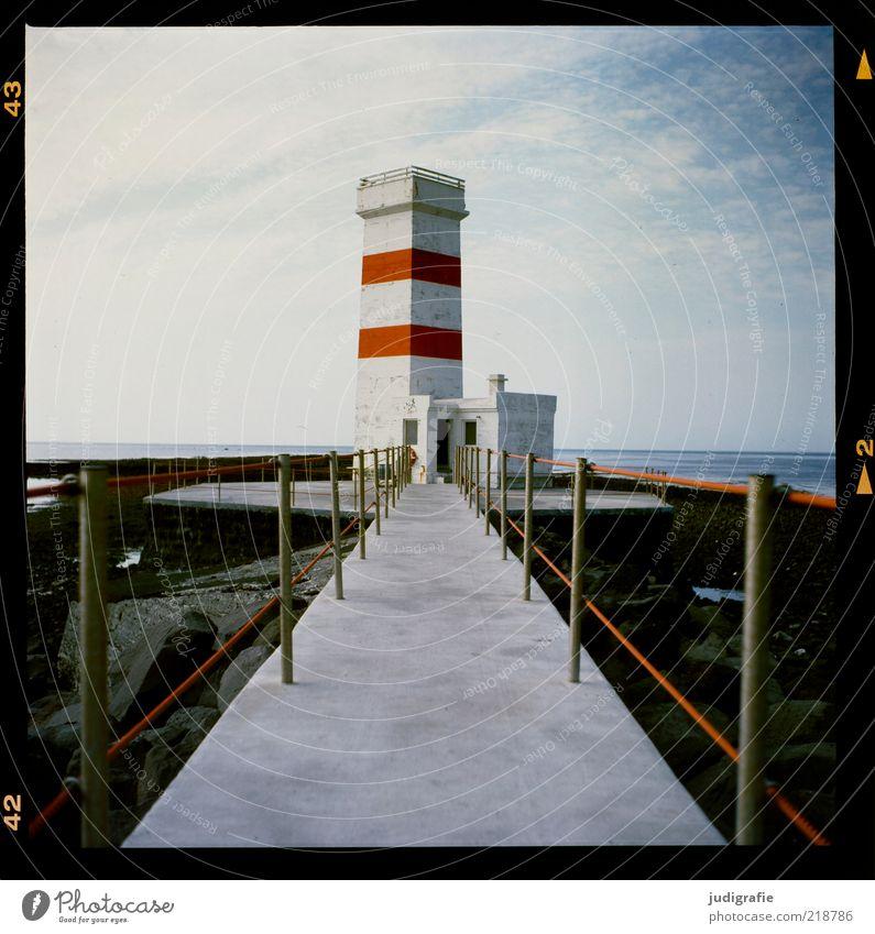 Island Natur Himmel weiß Meer rot Ferien & Urlaub & Reisen Einsamkeit Gebäude Küste Klima Bauwerk Steg Leuchtturm Schönes Wetter Geländer Gefühle