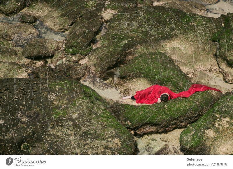 Ruhebett ruhig Strand Meer Mensch feminin Frau Erwachsene 1 Umwelt Natur Landschaft Felsen Küste schlafen Farbfoto Außenaufnahme Ganzkörperaufnahme