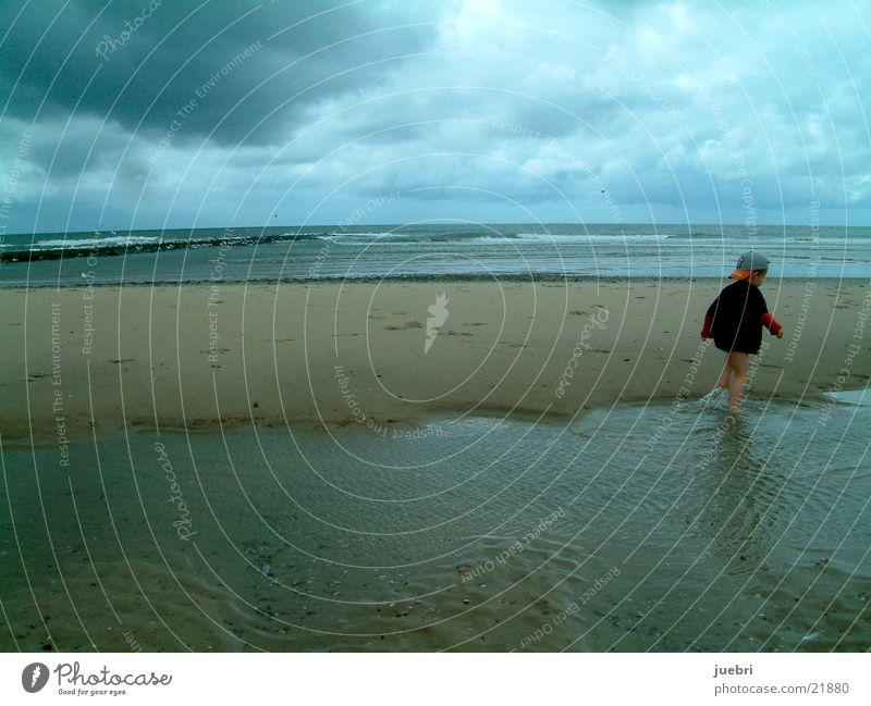 Kind an der Nordsee Wolken Strand Niederlande Unwetter Spielen Graffiti Sand