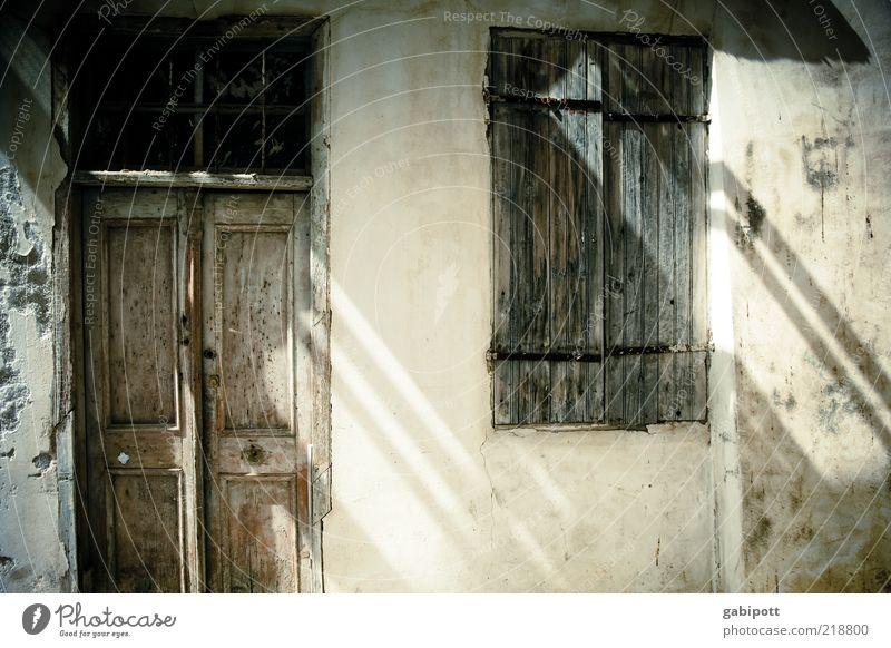 Tür alt Sommer Ferien & Urlaub & Reisen Wand Fenster grau Mauer Gebäude Architektur Fassade geschlossen trist Tourismus Wandel & Veränderung Reisefotografie