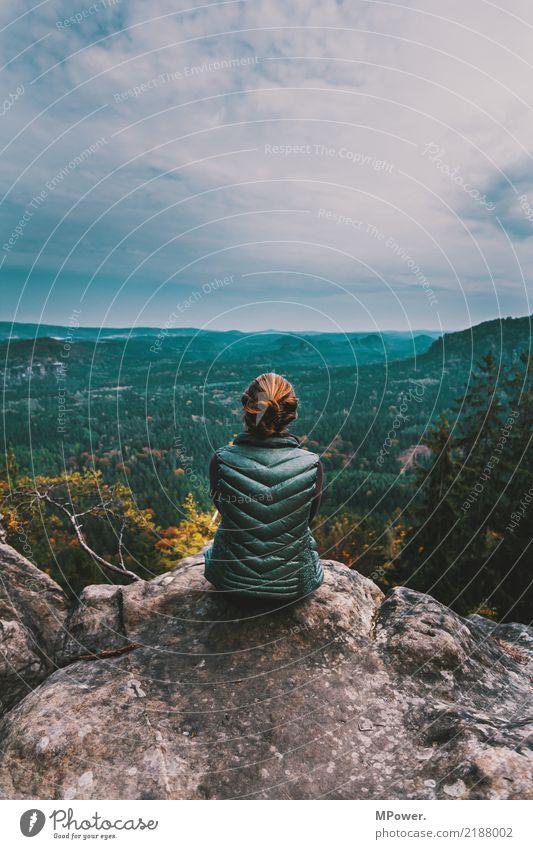ausblick genießen Frau Mensch Natur Jugendliche Landschaft Einsamkeit Wald Ferne Berge u. Gebirge 18-30 Jahre Erwachsene Umwelt feminin Ausflug wandern Horizont