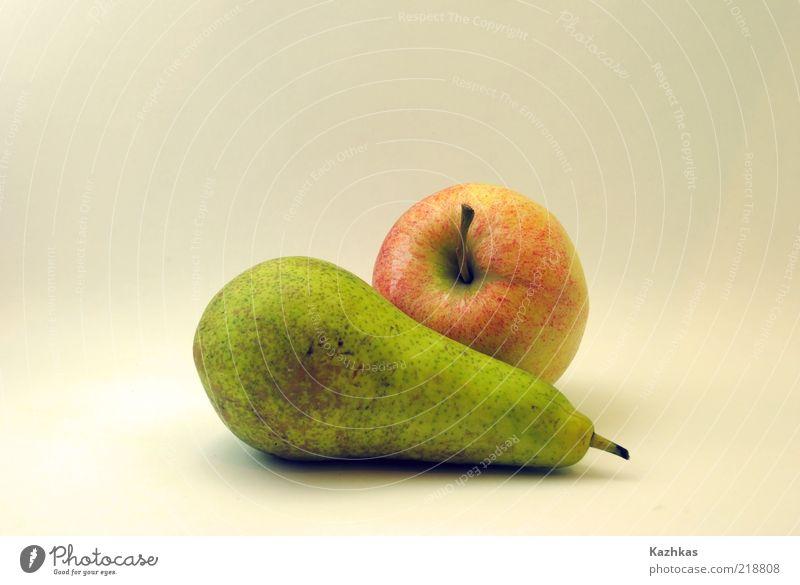 Birne und Apfel Lebensmittel Ernährung Bioprodukte Vegetarische Ernährung Slowfood Fingerfood gelb grün rot weiß Farbfoto Studioaufnahme Detailaufnahme