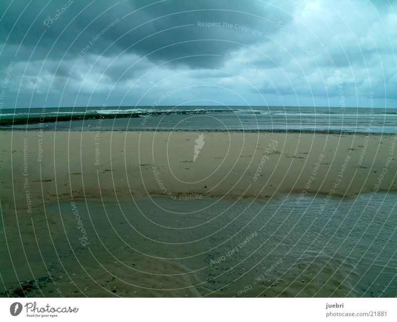 Dunkle Wolken an der Nordsee Strand Niederlande Unwetter Graffiti Sand