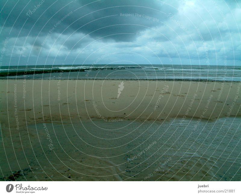 Dunkle Wolken an der Nordsee Strand Sand Graffiti Unwetter Niederlande