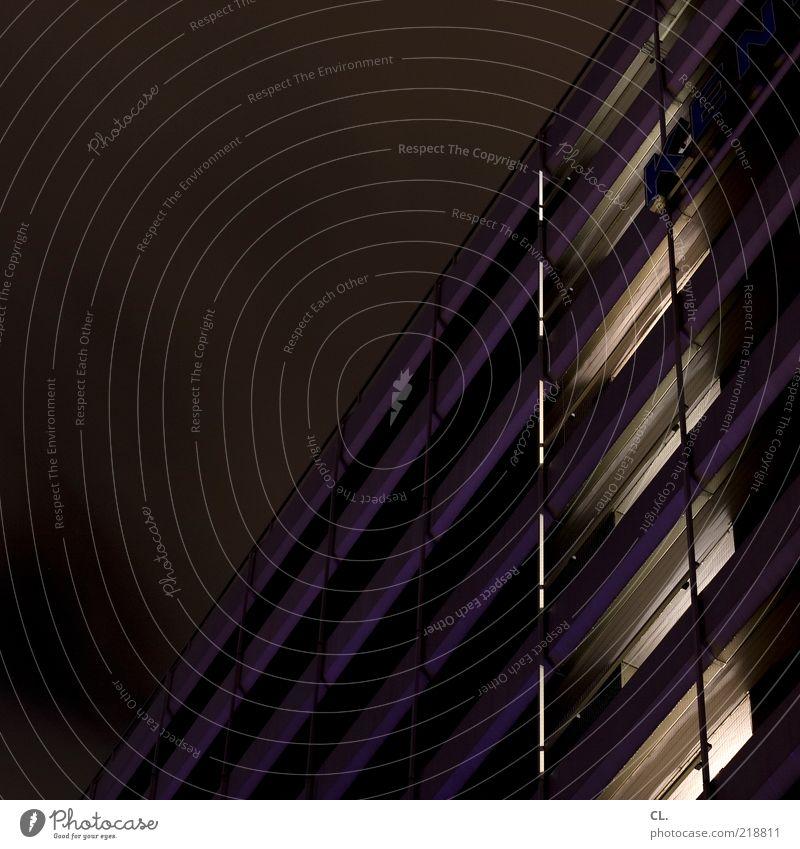 durch die nacht Himmel Stadt Haus dunkel Fenster Wand Architektur Mauer Gebäude Beleuchtung Fassade Hochhaus trist Fabrik Bauwerk Balkon