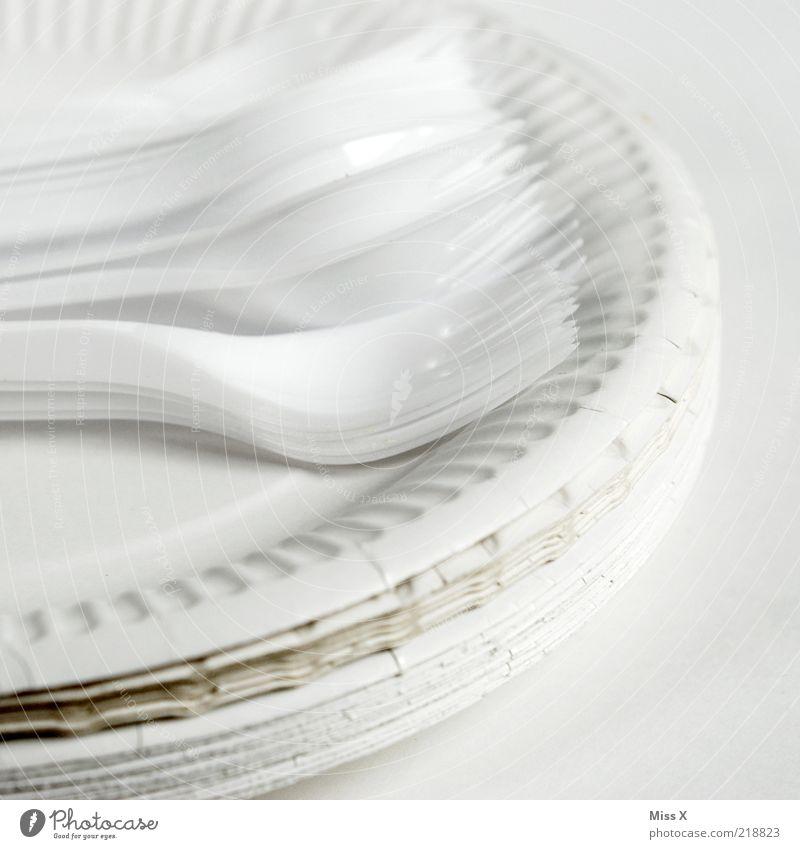 das gute Porzellan Geschirr Teller Besteck Gabel einfach weiß Kunststoff Papier Papierteller Pappteller Plastikteller Stapel Billig Wegwerfartikel Farbfoto