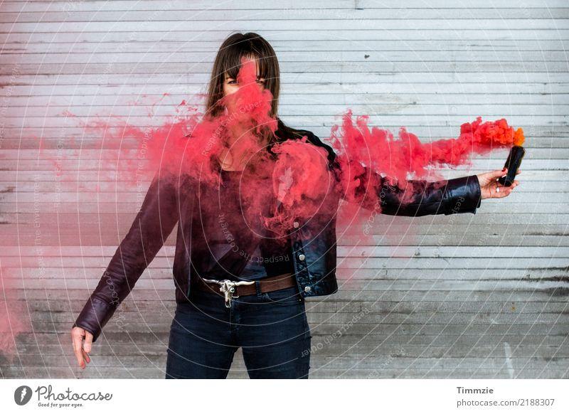 Talkin bout a revolution Mensch Jugendliche Junge Frau rot 18-30 Jahre schwarz Erwachsene feminin außergewöhnlich verrückt Abenteuer bedrohlich Wut Rauch