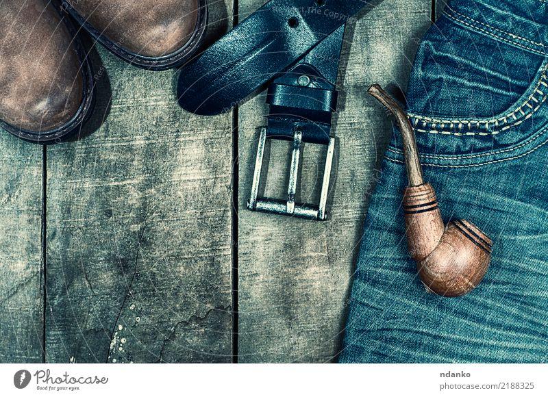 getragene Blue Jeans und braune Schuhe Stil Design Mode Bekleidung Jeanshose Stoff Leder Stiefel Holz alt trendy oben retro blau schwarz Tasche Röhren