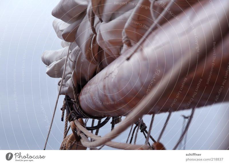 Brett vorm Kopp Schifffahrt Fischerboot Segelboot Segelschiff Seil authentisch Takelage Mast binden hängend Nebel Wolken Menschenleer Textfreiraum links