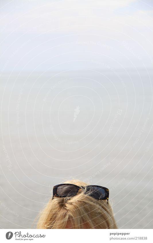 poser sunglasses Mensch Wasser Sommer Meer Strand Ferne Kopf Haare & Frisuren Küste Horizont blond Ausflug Schönes Wetter Sonnenbrille