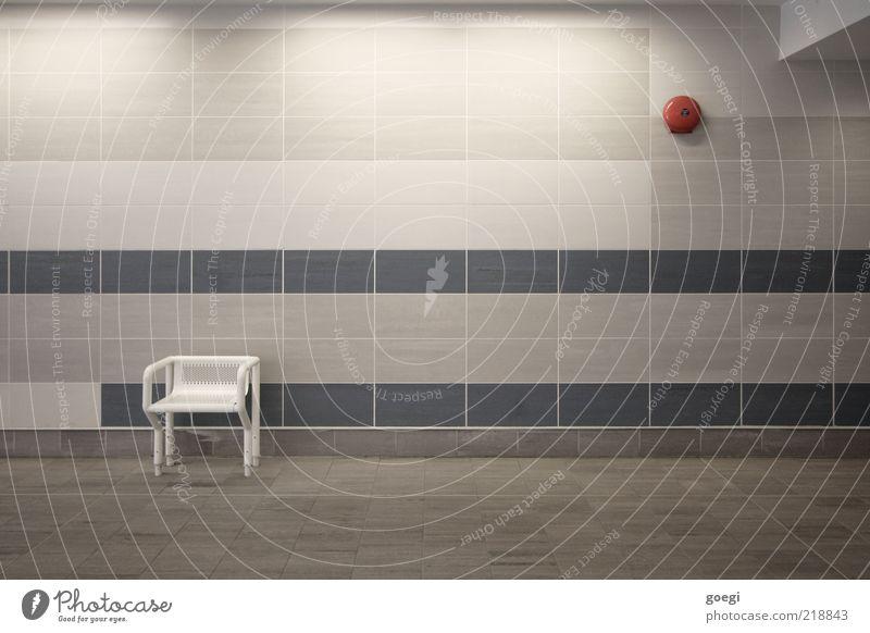 alarmierende Einsamkeit blau weiß rot Einsamkeit kalt grau warten trist Stuhl Sauberkeit Sehnsucht Fliesen u. Kacheln U-Bahn Bahnhof Fernweh Glocke