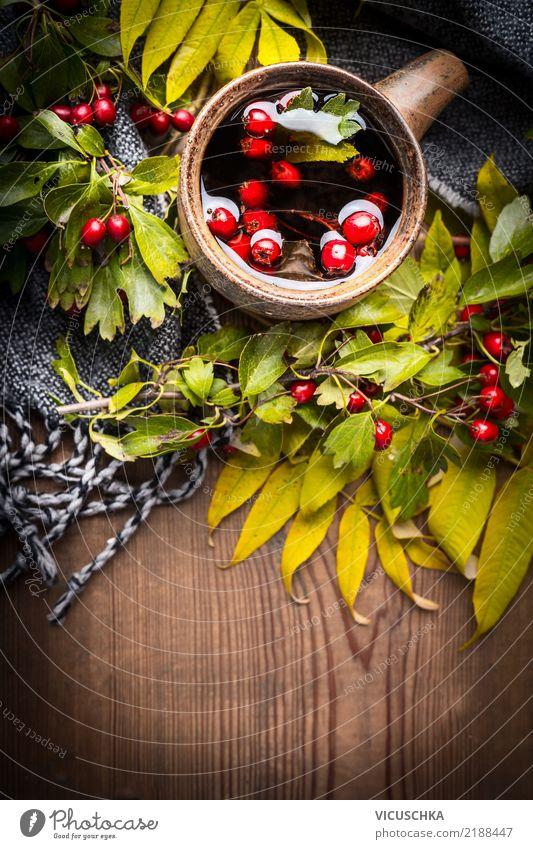 Tasse Tee mit Schal, Herbstlaub und Beeren Getränk Heißgetränk Stil Design Gesunde Ernährung Häusliches Leben Blatt Stimmung Holztisch Kräutertee Vitamin
