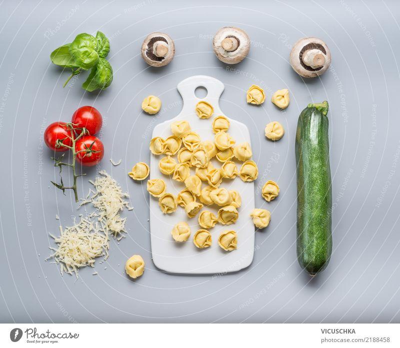 Tortellini mit Zucchini und Champignons Gesunde Ernährung Foodfotografie Stil Lebensmittel Design Gemüse Restaurant Essen zubereiten Abendessen Diät