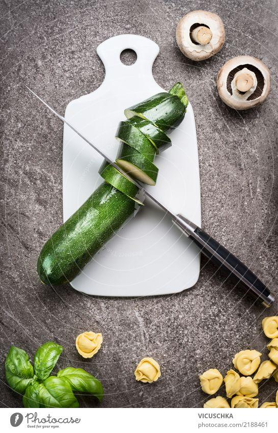 Grüne geschnittene Zucchini auf Schneidebrett Lebensmittel Gemüse Kräuter & Gewürze Ernährung Mittagessen Bioprodukte Vegetarische Ernährung Diät Geschirr