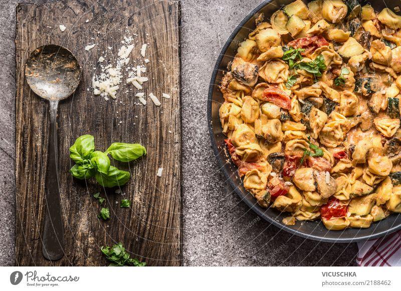 Tortellinipfanne mit Gemüsesoße und Löffel Lebensmittel Teigwaren Backwaren Ernährung Mittagessen Abendessen Festessen Bioprodukte Diät Italienische Küche