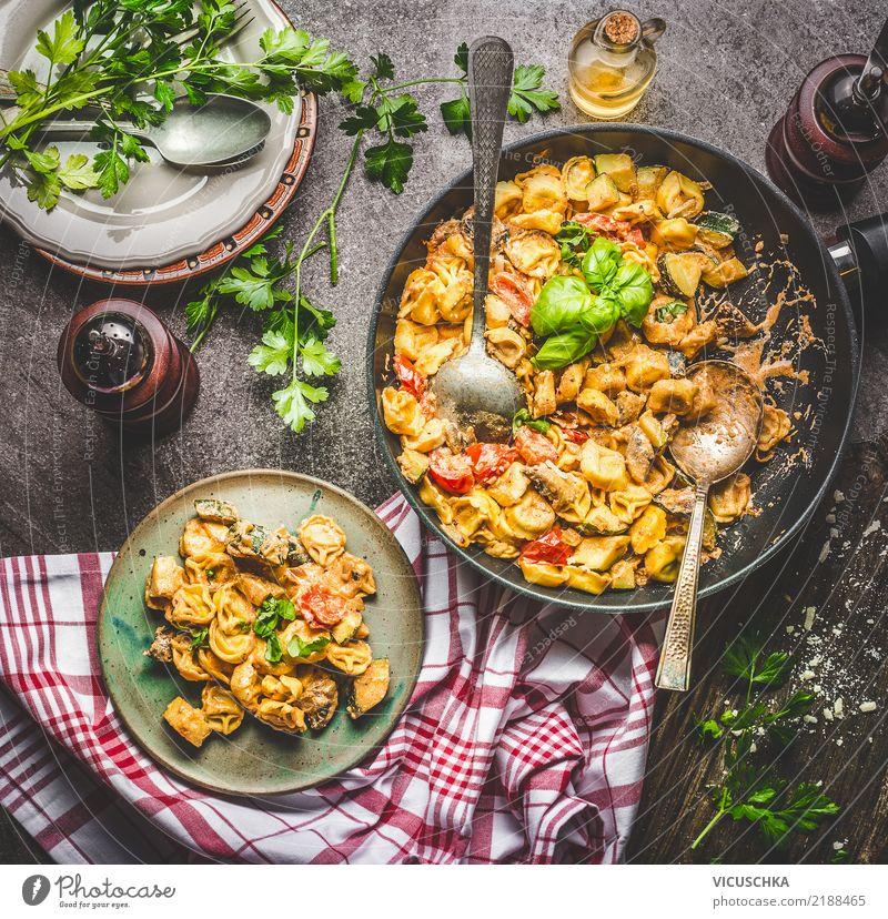 Schmackhafter Tortellinistopf mit Gemüsesauce Lebensmittel Teigwaren Backwaren Kräuter & Gewürze Öl Ernährung Mittagessen Festessen Bioprodukte