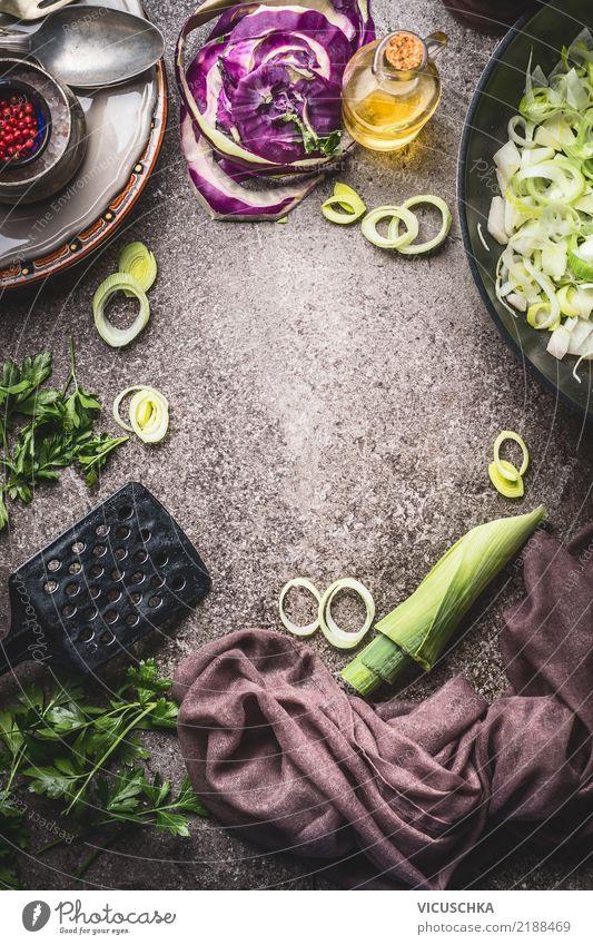 Kochen Hintergrund mit Kohlrabi, Lauch und Bratpfanne Lebensmittel Gemüse Suppe Eintopf Kräuter & Gewürze Öl Ernährung Bioprodukte Vegetarische Ernährung Diät