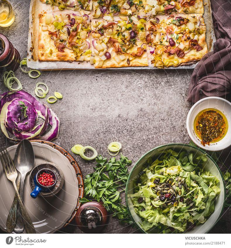 Flammkuchen mit Gemüse und grünem Salat Lebensmittel Salatbeilage Teigwaren Backwaren Kräuter & Gewürze Ernährung Mittagessen Abendessen Bioprodukte