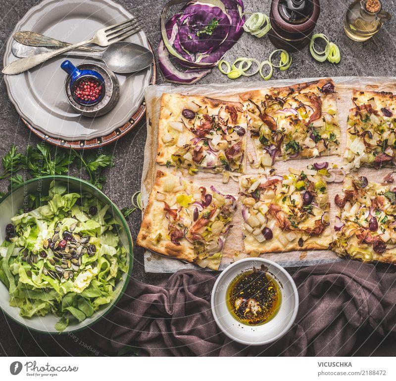 Flammkuchen mit Salat und Dressing Lebensmittel Gemüse Salatbeilage Teigwaren Backwaren Kräuter & Gewürze Öl Ernährung Mittagessen Abendessen Bioprodukte
