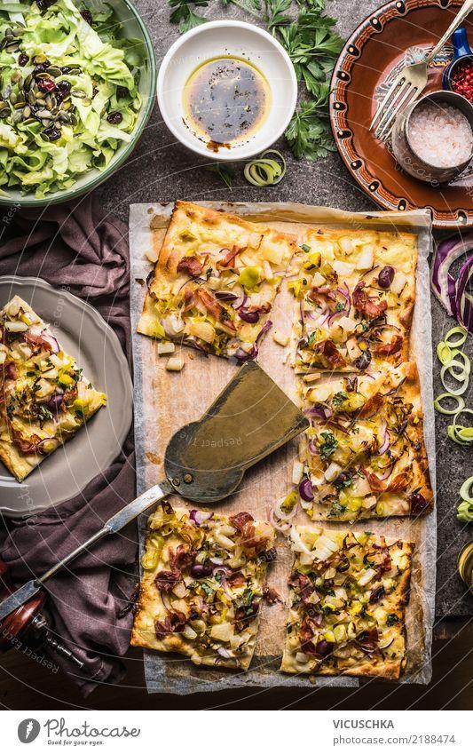 Flammkuchen und Salat Gesunde Ernährung Foodfotografie Essen Leben Stil Lebensmittel Design Häusliches Leben Tisch Kräuter & Gewürze Küche Gemüse Restaurant