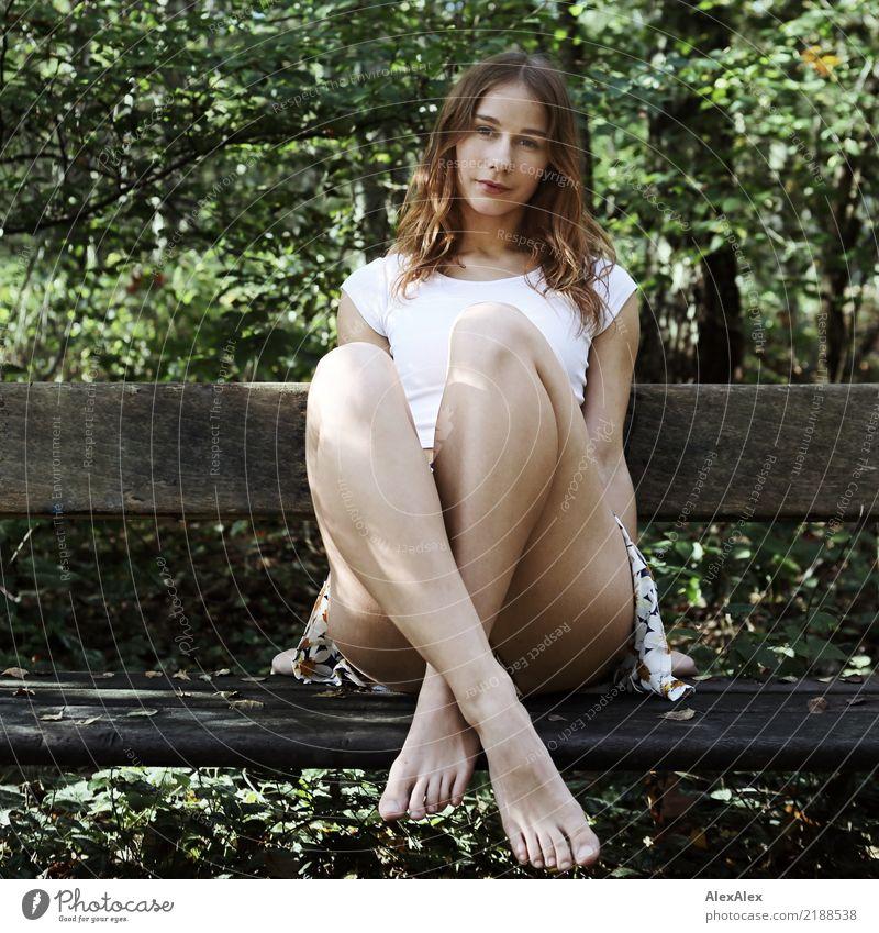 Im Wald Freude schön Leben Wohlgefühl Ausflug Abenteuer Junge Frau Jugendliche Beine 18-30 Jahre Erwachsene Natur Herbst Schönes Wetter Baum T-Shirt Hose Barfuß