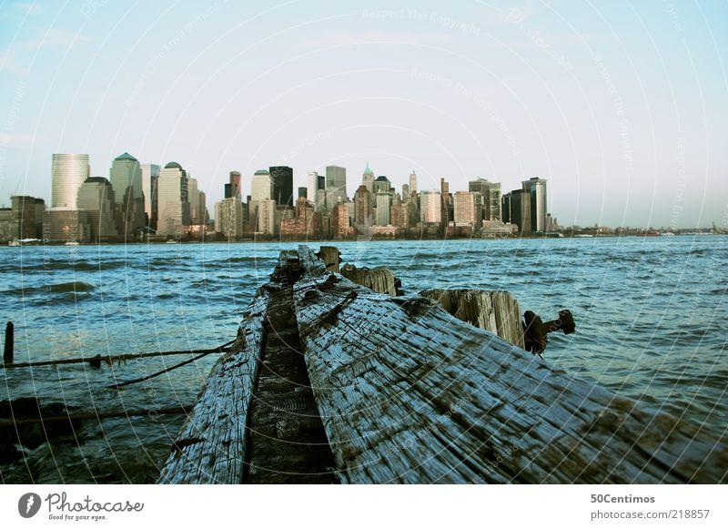 Skyline von New York - Manhattan Downtown Himmel Ferien & Urlaub & Reisen blau Stadt Meer Ferne Küste Holz Freiheit Stimmung Horizont Wellen Hochhaus Tourismus Perspektive Schönes Wetter