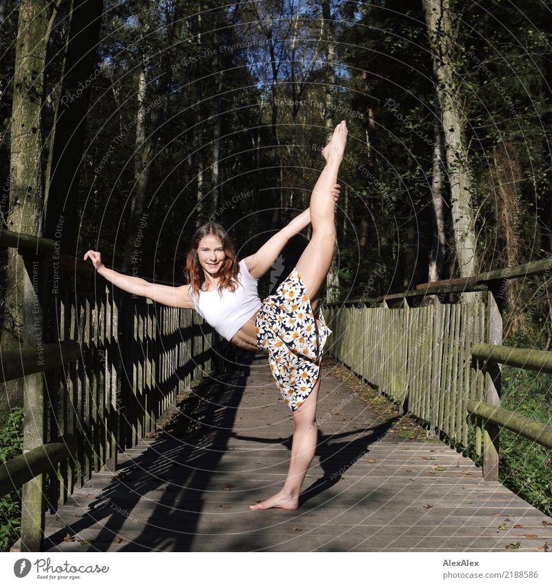 nicht auf dem Holzweg Jugendliche Pflanze Junge Frau Sommer schön Landschaft Wald 18-30 Jahre Erwachsene Leben Beine natürlich Sport Ausflug Kraft