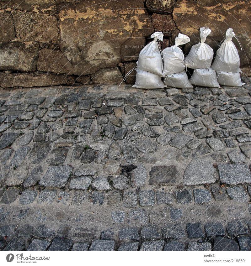 Mobiler Deich Wand Mauer warten Deutschland Fassade Sicherheit Macht stehen Schutz fest Gelassenheit Mut Bürgersteig Kopfsteinpflaster Wachsamkeit