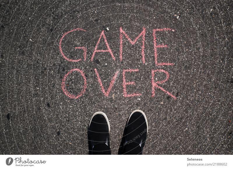 Game over Mensch Spielen Fuß Freizeit & Hobby Schriftzeichen Schuhe Schilder & Markierungen Hinweisschild Zeichen Ende Sucht Misserfolg Warnschild Computerspiel