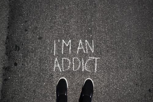 Geständnis Gesundheitswesen Fuß Schriftzeichen Schuhe Schilder & Markierungen Hinweisschild Zeichen Medikament Rauchen Rauschmittel Alkohol Sucht Ehrlichkeit