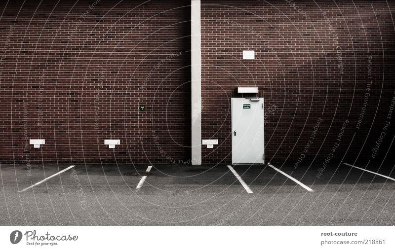 Tür[anosaurus] rot Wand Mauer Gebäude Stein Linie braun Fassade Kraft Schilder & Markierungen Platz Beton Streifen Schutz Sicherheit