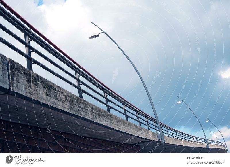 unten durch Himmel blau Wolken Straße Lampe kalt grau Wege & Pfade Beton Brücke modern Baustelle Bauwerk Verkehrswege Kurve Geländer
