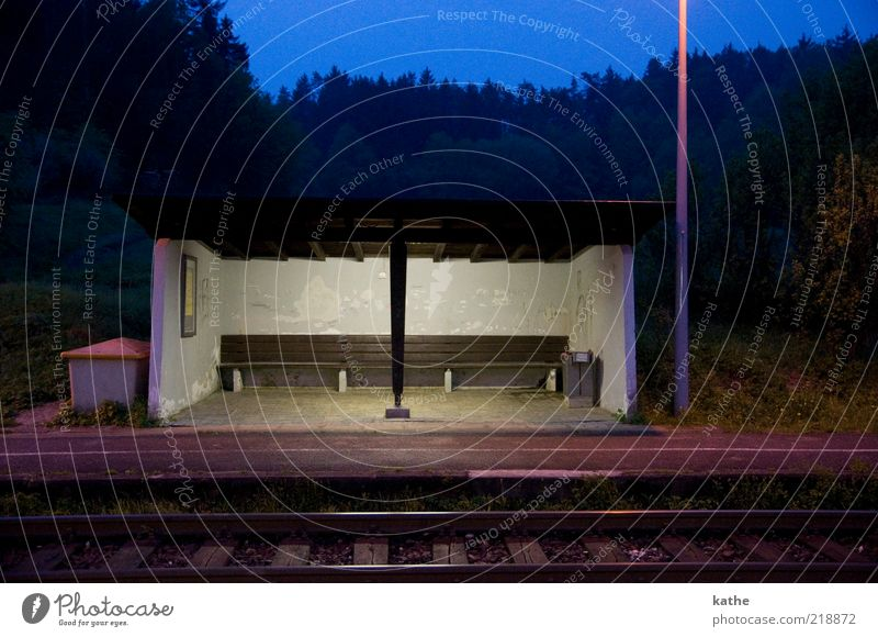 Etzelwang Menschenleer Bahnhof Mauer Wand Einsamkeit Surrealismus Farbfoto Außenaufnahme Abend Dämmerung Nacht Zentralperspektive Totale Wartehäuschen Bahnsteig