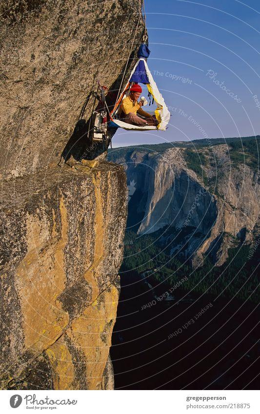 Kletterer in seinem Schutzraum. Abenteuer Sport Klettern Bergsteigen Seil 1 Mensch Helm sportlich hoch Tapferkeit selbstbewußt Erfolg Kraft Mut Höhenangst